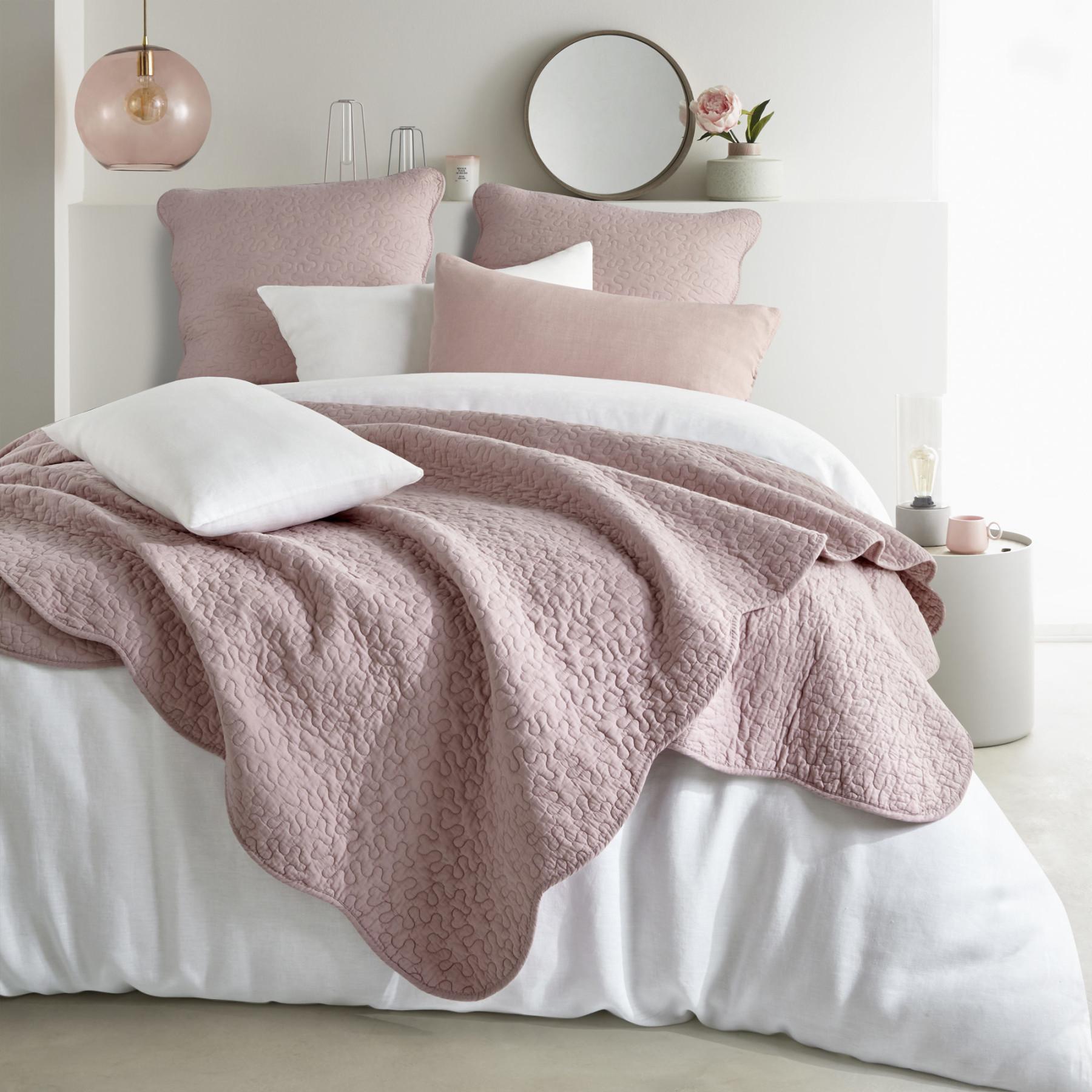 les conseils pour bien acheter son couvre lit en 2018 pour 2018. Black Bedroom Furniture Sets. Home Design Ideas